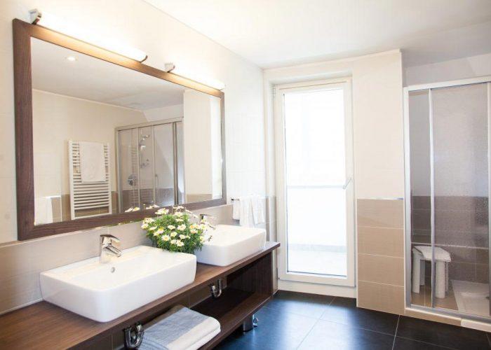 comfort-hotel-erica-salorno-bagno-grande-stanza-superior