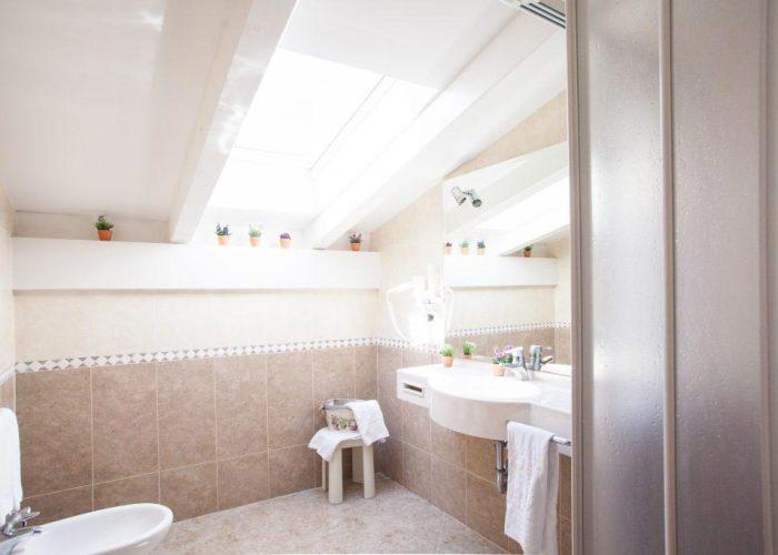 comfort-hotel-erica-salorno-bagno-stanza-family