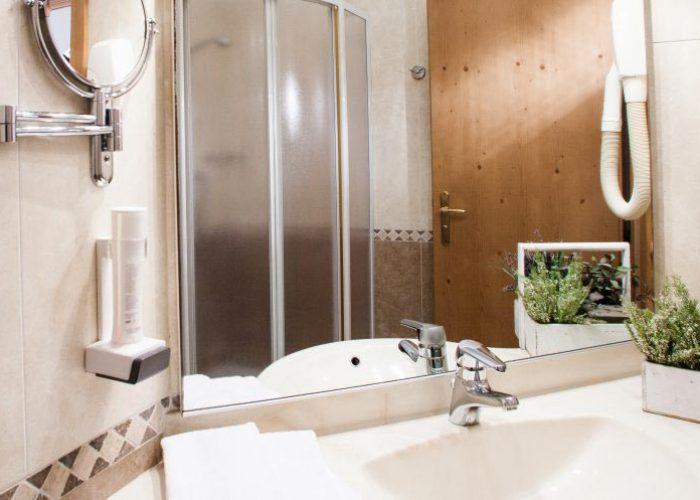 comfort-hotel-erica-salorno-bagno-stanza-romantik